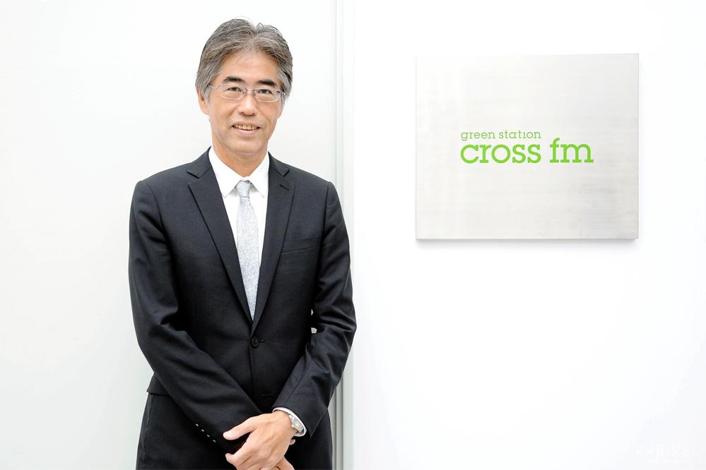 CROSS FM前での坂田 隆史さんの正面写真